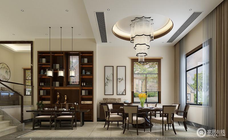 餐厅的多功能设计不仅提升了空间的利用率,也增加了生活情致;圆形吊顶因为一泻而下的水晶灯颇显轻奢,实木家具组合更奠定了成熟的气息;抽象地挂画、中式边柜与定制得书柜、茶桌尽情演绎东方文化底蕴与得体。