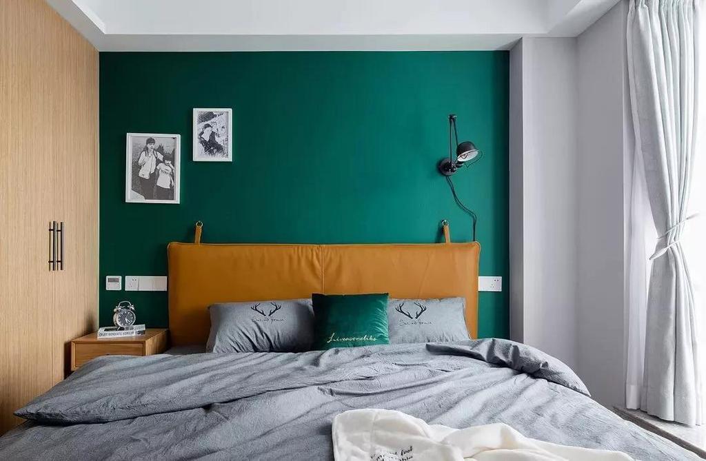 (主卧室)个性的床是 一个DIY的成果 找厂家制作床靠背 找铜扣,找人制作床架 中间的过程既艰难又快乐