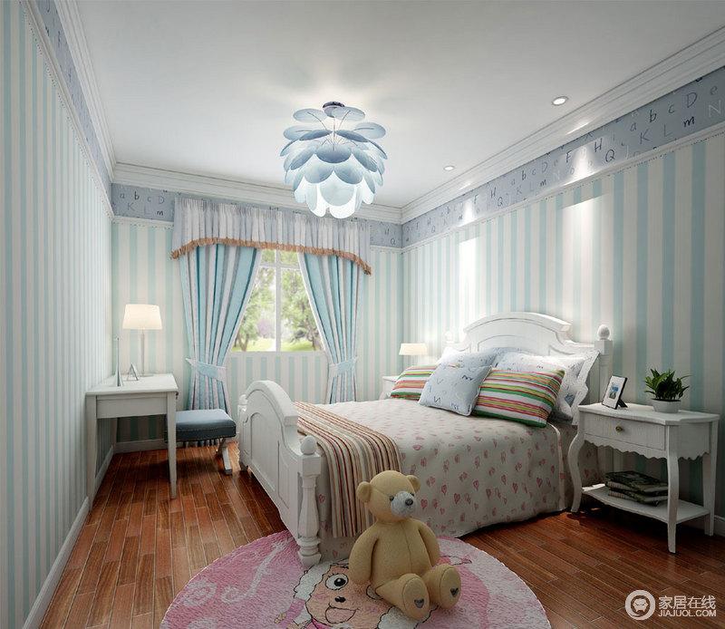 儿童房采用蓝白条纹铺开整个房间,顶角线下拼接了字母壁纸,在花瓣吊灯明快光线下,更显清爽活泼的朝气;窗帘与床品呼应墙面条纹,碎花则营造一种轻甜浪漫;白色家具穿插其间,木质地面层次的带出几分温馨朴质。