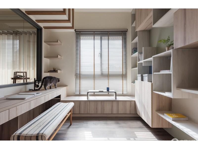 书房定制而成的榻榻米,与悬挂架、置物柜构成收纳美学,让整体空间具有了立体美学;再加上整体空间的用色和材料都以木色为主,为空间营造了一份自然淳朴。