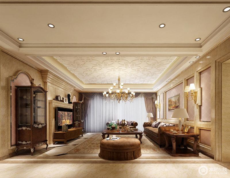 米黄色大理石护墙板装饰在背景墙上,或大面积铺展,或以线条勾勒演绎,其间填充晶粉色墙漆,使空间整体透着轻甜华美气息;家具则选择色调深浓的棕咖色,天花和地毯上花纹繁复,对称的书柜雕花精致,舒朗客厅细腻华贵。