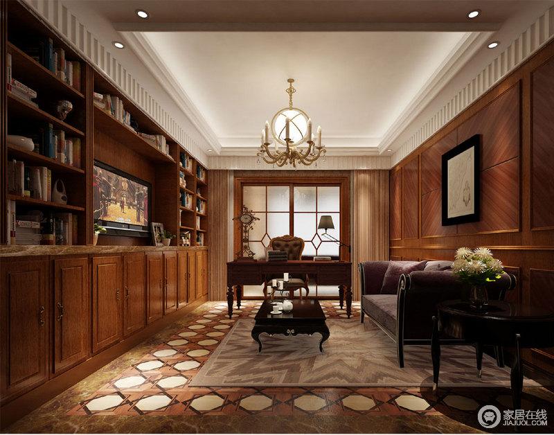 书房多功能入墙书柜与棕黄木墙板,让整个空间都充满了自然的朴质温实,有种静谧的沉厚;顶角线辅以条纹装饰,地毯中央饰以菱纹波点,造型独特的烛台吊灯,瞬间让空间多了活泼的灵动性;家具质感优雅,疏落大方。