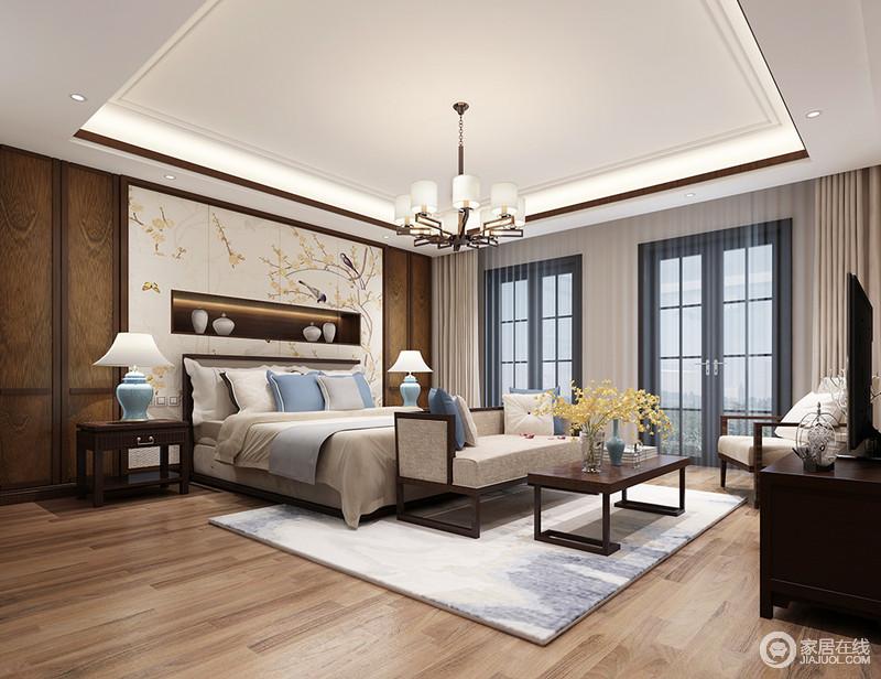 卧室矩形的吊顶因为射灯和灯带组合凸显出实木条强化出的几何效果,圆形金属吊灯点缀出方圆和谐;实木地板细腻有光泽,与淡色花鸟背景墙渲染了一个温和生趣的自然之境,而白色陶罐陈列在置物区,让生活更为讲究;米色和浅蓝色搭配的床品温馨清雅,缓解了褐色新中式家具的些许厚重,在表达东方神韵之余,让生活格外雅致。