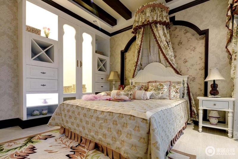 卧室以木梁柱来营造村落的建筑感,花式造型墙因为花卉壁纸和床幔具有了田园的轻漫和生机;衣柜和家具的几何造型颇为多变,无形中让空间更为个性,当然了,花卉地毯与床品,让你好似生活在花丛中,享受芬芳。