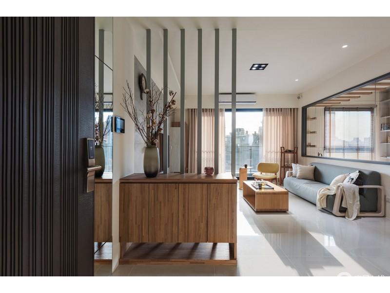 空间借木楞屏风与边柜组合构成一种空间的区域感,而实木的质地减轻了地板的冷调,无形中让空间格外安谧。