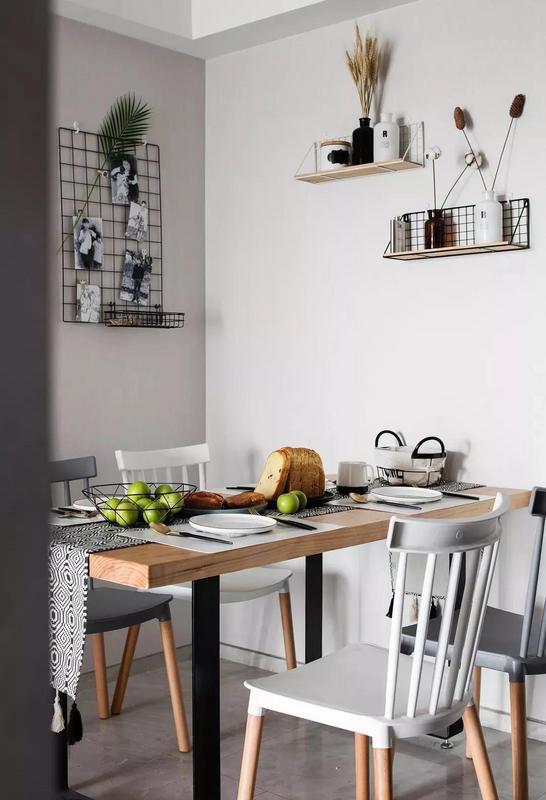 一张桌子/一盆植物/一面网格墙  构成了生活所需要的空间 随意装饰的小情绪 充满温暖的气息 文艺又浪漫......