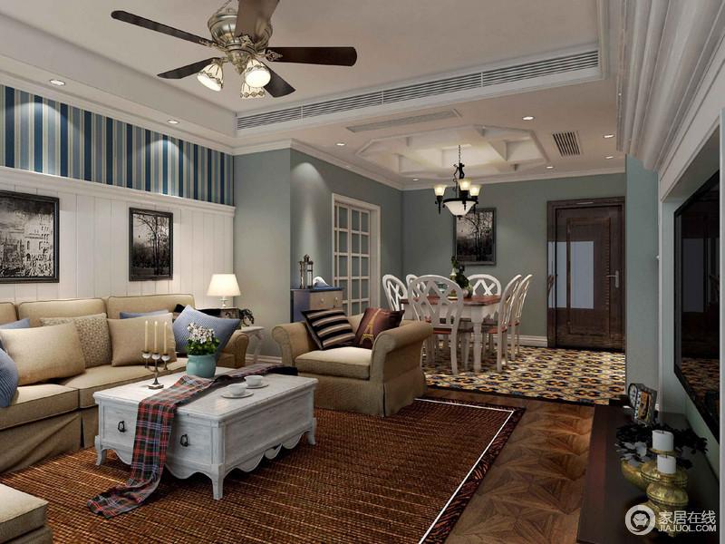 客厅因为蓝色漆多了和静儒雅,沙发背景墙的蓝色条纹壁纸带来了动律和线条之美,并以拼接的方式,与白色墙面构成和谐,黑白色调的挂画点缀出艺术的抽象;米色沙发与咖色地毯的浓淡之间,借白色茶几,平衡出了美式得体与恬淡。