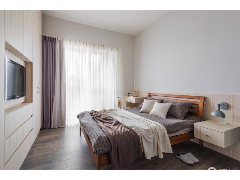 卧室并没有太多的装饰,单以实用性的家具为主,满足主人的生活需要,从实木床头柜的对称的设计中,便可感受到一种淡淡地温馨。