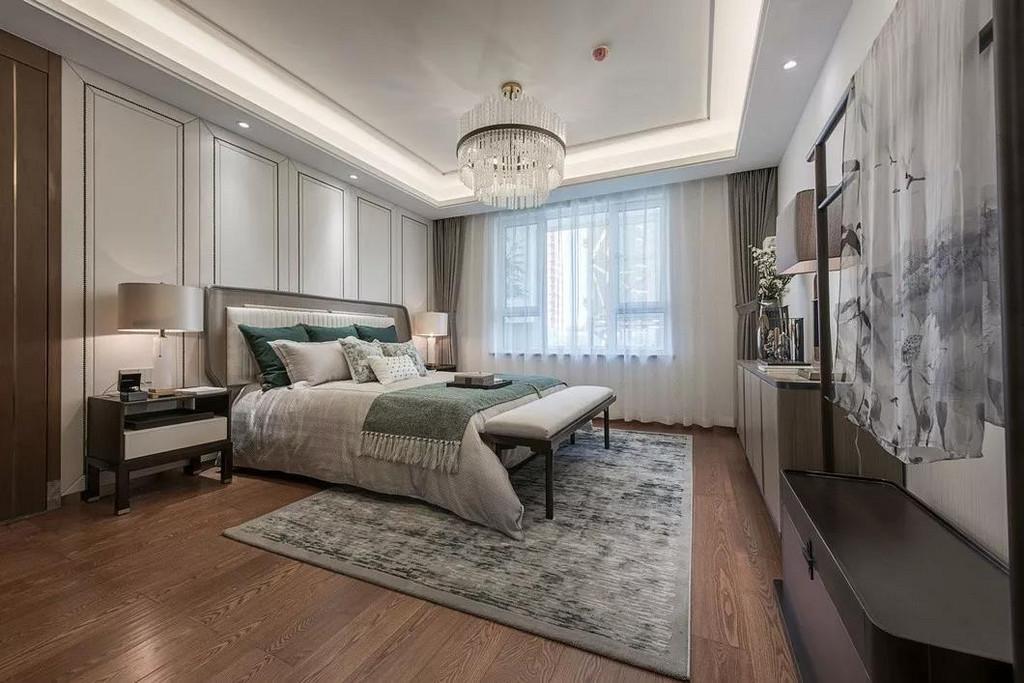 主卧在色彩方面秉承了传统古典风格的典雅和华贵,对称的布局中有着端庄大方格调,添上一把床尾凳,华灯下显得愈发的彰显出空间的精致优雅。