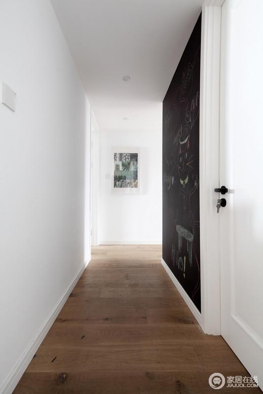 过道并没有做太多的陈列,单一黑板墙和挂画来建立一种艺术长廊的效果;黑白之间的经典,因为原木地板的调和,让整个空间多了北欧意境。