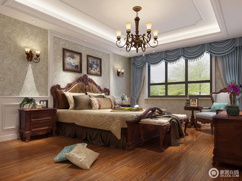整个卧室线条利落规整,石膏墙的几何造型因为绿色花纹壁纸多了清和与造型艺术,给人一种清净;原本棕黄色的木地板和实木家具奠定了空间的美式古典气息,无疑让整个空间更为稳重,也因为木雕家具让空间具有了年代感留下的复古,蓝色罗马帘带来色彩,也带来优雅。