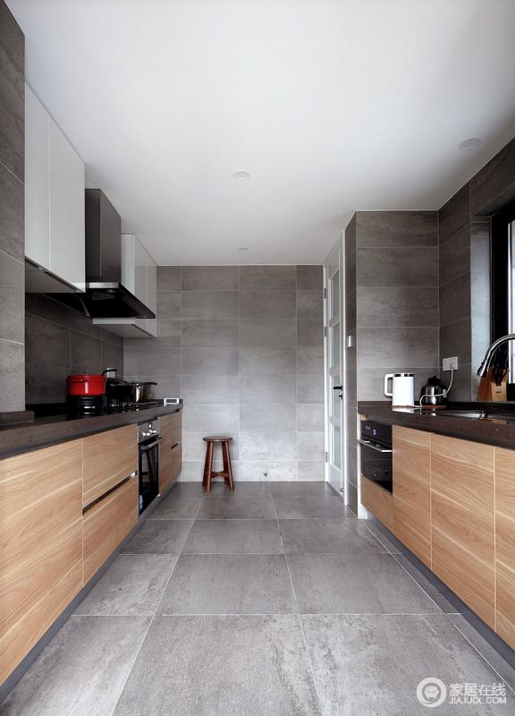 厨房以防水泥砖石铺贴墙面与地面,为空间营造一种高冷;黑白色系的吊柜与原木橱柜以材质与色彩,造就质感空间。
