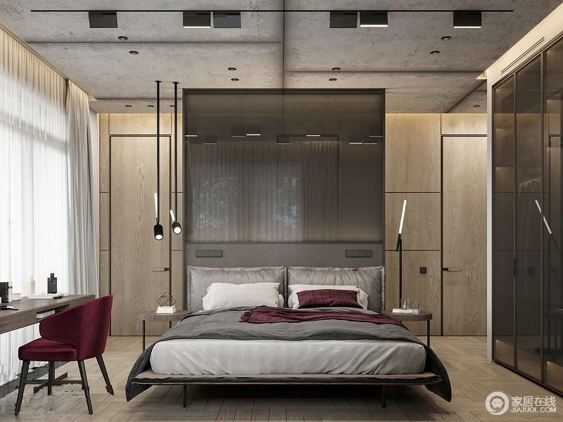 卧室运用了酒红色以及浅灰色的床品来营造舒适与时尚,无形中让空间冷艳了不少;背景墙的玻璃结合实木板材带来一种暖调,而铁艺灯具的工业简约,让空间轻奢了不少。