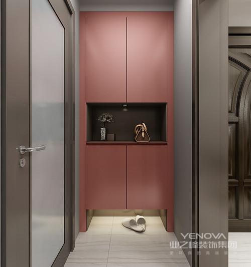 门厅的主色调以暖红为主,大气自然,干净舒适!一组拥有丰富收纳功能的门厅柜解决了整个空间入户收纳的问题,柜体底部的,懒人屉可以收纳凌乱鞋子,柜子中央可以摆放包包和装饰品,柜体侧边可以放临时衣物,区域空间收纳你不同尺寸的鞋子。墙面的挂衣钩外观简约时尚,伞类,钥匙等都可以存放在这里。