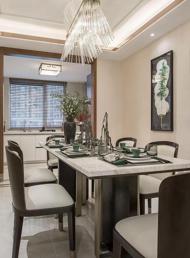 典雅的餐厅里,餐桌上摆放了山体造型的摆件,巧妙的呼应着利用团扇营造出郁郁葱葱的画面的装饰画,展现出浓郁的自然气息。