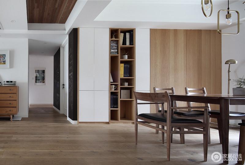 餐厅借原木门将收纳区作美化,刚好与书柜和木立柜构成营造出一种木雕纯净,再加上实木餐桌椅,更奠定了空间的木质朴素格调。