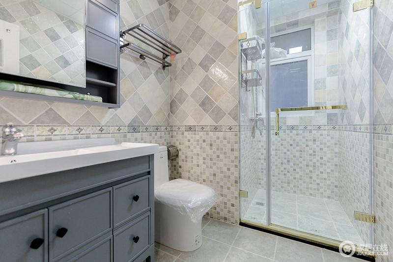 卫生间干湿分区的设计,解决了生活上的麻烦,更为干净利落;墙面的浅色灰砖以菱形的方式与马赛克砖构成墙面的变化,素雅之余,多了动感,莫兰迪的盥洗柜因为白色台盆的搭配,更显格调。