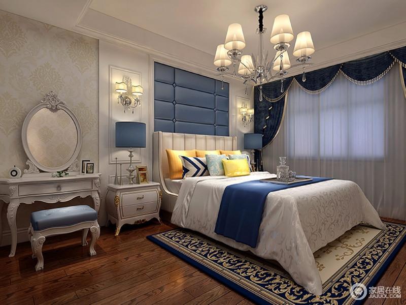 白色的护墙板和蓝色的软包营造了立体的视觉感,配上欧式吊顶,体现一种的奢华,深蓝色碎花地毯还为空间加入一丝古典气息。