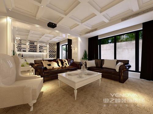 影音室兼酒吧里,凹槽格子天花板与酒柜线条规整相连,视觉上形成纵横扩展;主打的白色调干净且清新,强烈凸显着多人沙发和窗帘的厚重深邃色调;室外则是宽敞的庭院,利落的水泥墙与绿植传递着自然的朴质随性。