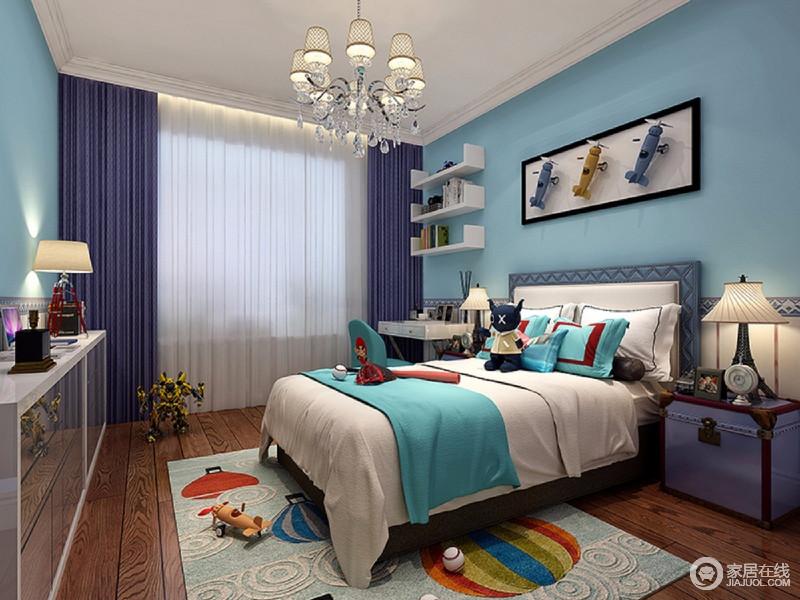 男孩子的房间也采用了清爽的天蓝色,以纯净的姿态赋予空间纯真的味道;蓝白相间的床品上、地毯上、墙面装饰上,充满童趣的图案和元素,令空间处处都是童真。