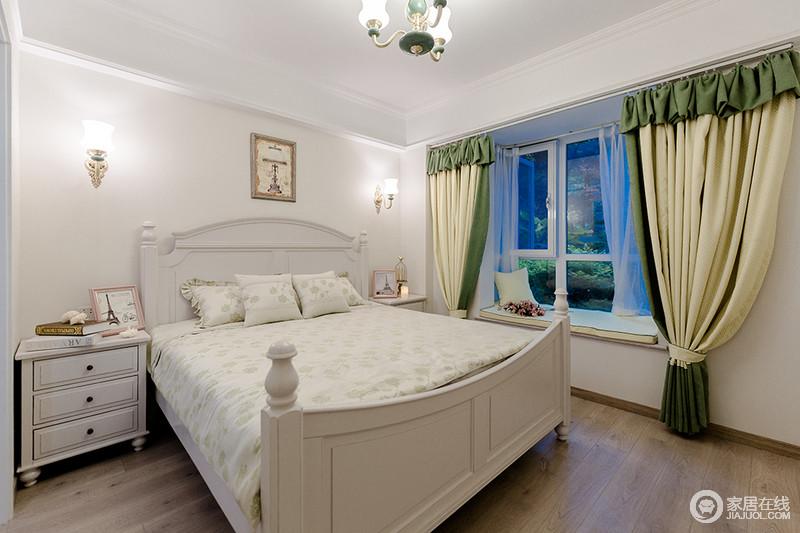 整个卧室以白色为主,就连吊顶也以白色呼唤出纯净之美;美式木床的白色调搭配深棕色地板,令空间在温实之余,也多了对比,绿黄色窗帘将色彩注入沉稳的格调之中,清新了不少。