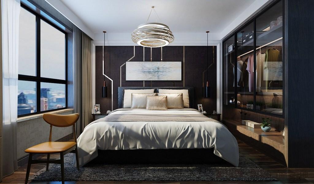 卧室以黑棕色镶嵌金属条、黑色地毯与白色吊顶形成色彩层次,而留白的抽象挂画和黑色铁艺吊灯以对比,与金属圈状吊灯呈现代时尚;定制的衣帽间利用玻璃柜面增加通透,也展示了材质艺术;香槟金的床品和驼色窗帘以低调的气质,而棕黄色木椅为家带来温馨。