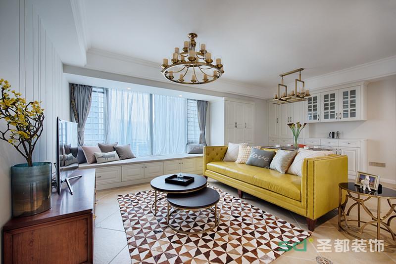 美式风格方客厅简洁、明快、清爽,黄色的皮质沙发搭配金色质感的吊灯、茶几,装饰品等衬托出空间的稳重、时尚。