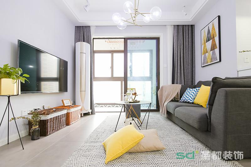 整个空间增添了一丝宁静 在主体灰白的色调空间中,姜黄色和金色起到了画龙点睛的作用。告别传统的柜体式茶几,圆形。