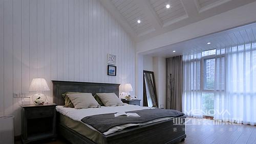 简单的布置和白色调,营造出舒适安静的睡眠环境