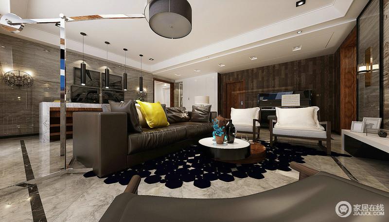 客厅利用黑色多边形来衬托沙发的质感,咖色皮质沙发和白色实木单人沙发巧妙地组合不仅舒适,而且现代大气;圆形茶几错落的造型个性而实用,提升了整个空间的质感。