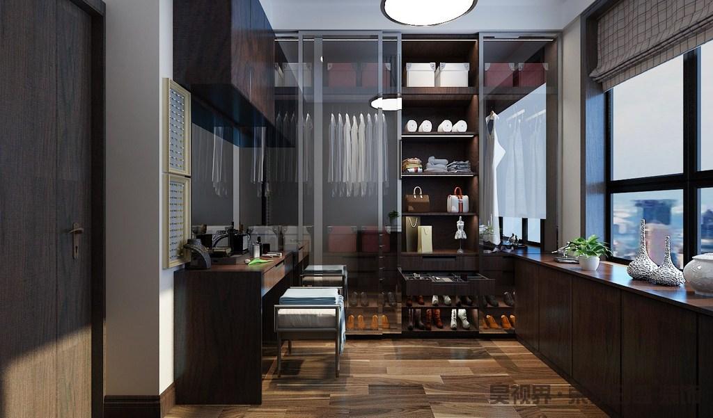衣帽间整体结构规整,线条利落,设计师将飘窗做成落地式,并摆放了陶瓷艺术品增加生活的情趣;原木地板与褐色实木衣柜让整个空间气韵稳重,定制的设计以分类的方式设计不同的收纳区,让主人的生活更富品质。