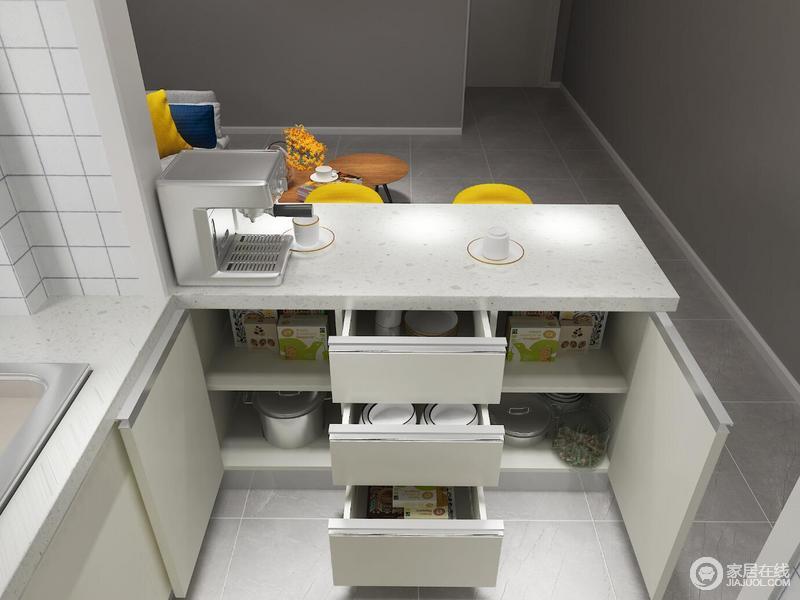 岛台内侧可以存放厨具的柜子、储存餐具的抽屉、刚好放咖啡壶的台面、就餐的美妙之地等等这样多的功能只需一个岛台和一个翻折桌板便可以实现。