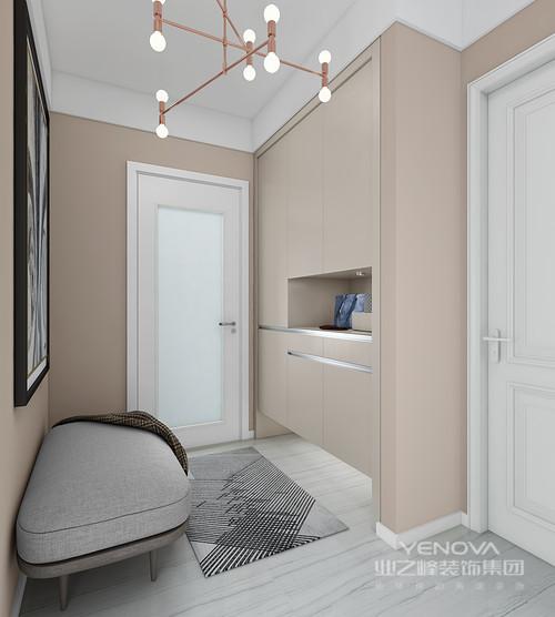门厅宽大且明亮,灰色布制地换鞋凳, 搭配素净雅致的地毯,素雅而精致;米色定制得超大储物柜,配以金属吊灯、暖色的墙漆彰显了主人内敛、低调、含蓄的家风。