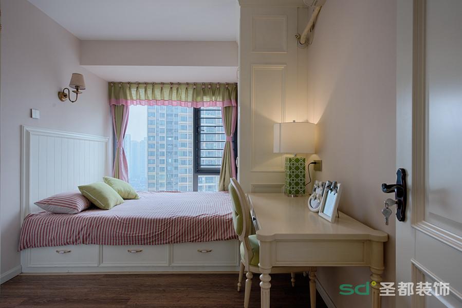 儿童房采用了榻榻米的设计,美观实用,收纳空间也大大的增加,清新而甜美。