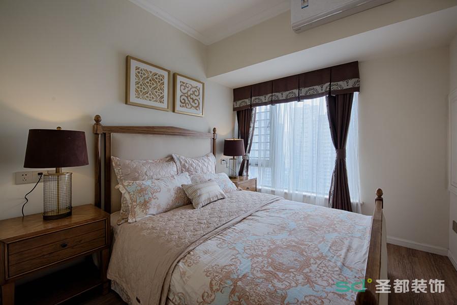 温暖的淡粉色营造出轻柔的卧室氛围,实木双人床则沉厚温和,深浅之间搭配了蓝白色调,为空间注入了清爽气息,营造日常生活里的清新小调。