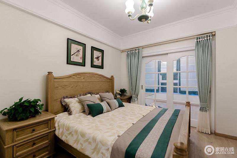 卧室结构规整,白色吊顶搭配米色的涂料,让空间格外素静;方拱形你格栅推拉门将阳台分隔在另一侧,与浅绿色的窗帘构成和静清雅;胡桃木家具质地温实,米色床品搭配绿色调的田园画,摇曳着生活的隽雅和轻快。