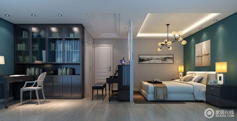 设计师从空间结构到功能做了巧妙的划分,却以不同的色调提升两个区域的体验;书房的大书柜和实木桌椅以褐色为主,营造沉静;而镂空木隔断处的钢琴做到了过渡,让空间更有实用性;卧室的蓝色漆与灰色壁纸搭配,色彩层次间裹挟着画作,让空间顿生艺术气息;球泡吊灯与个性的几何台灯增添工业时尚,让生活愈加温馨。