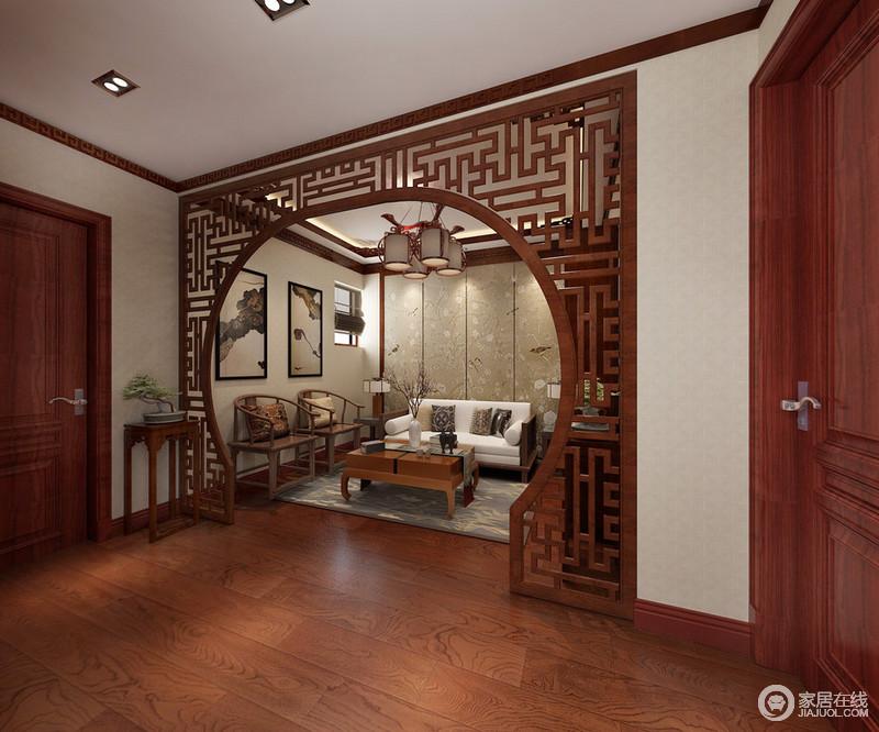 通往各个房间的走廊上,设计师也并未忽略空置,而是以花窗月亮门作为空间隔断,隔出一间雅室;内部墙面饰以花鸟画作为背景渲染,朴质又舒适的沙发座椅搭配,一隅空间显得雅调十分。