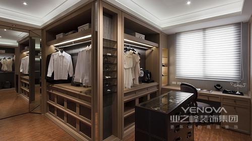 在简约的现代空间中,设计师添加了新中式元素,让空间在舒适休闲中,感受到朴质素雅的古典意蕴;空间在设计上,注重功能性的布置,一切从实用主义出发,使空间将格调与实用兼得,打造出富有生活气息的居室空间