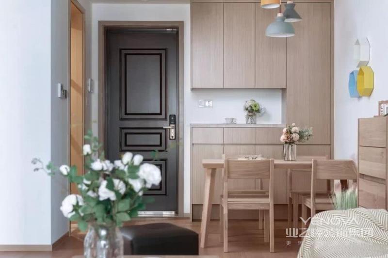 入户玄关和餐厅结合在一起,利用入户门边上的墙面来做餐边柜和鞋柜,底部和中间留空使用更加方便。原木风的柜子和餐桌椅让人感觉很有整体感。