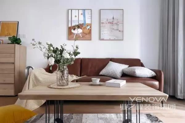 棕色的皮沙发自带大气的感觉,在整体简洁的设计当中,更是给客厅带来一些格调感,背景墙上点缀着两幅装饰画,避免太过单调。