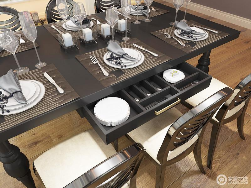 凌乱随意的摆放绝不是你喜爱的生活方式,餐桌下拉开的抽屉可以将你的餐具有序收纳,这样的一组餐边高柜与餐桌的组合实现您餐厅的品质生活。