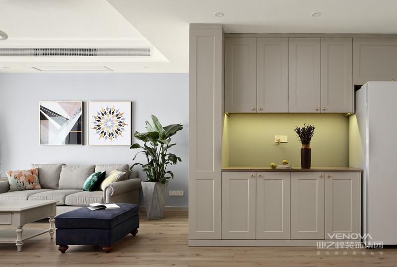 现代简约风格在处理空间方面一般强调室内空间宽敞、内外通透,在空间平面设计中追求不受承重墙限制的自由。墙面、地面、顶棚以及家具陈设乃至灯具器皿等均以简洁的造型、纯洁的质地、精细的工艺为其特征。并且尽可能不用装饰和取消多余的东西,认为任何复杂的设计,没有实用价值的特殊部件及任何装饰都会增加建筑造价,强调形式应更多地服务于功能。