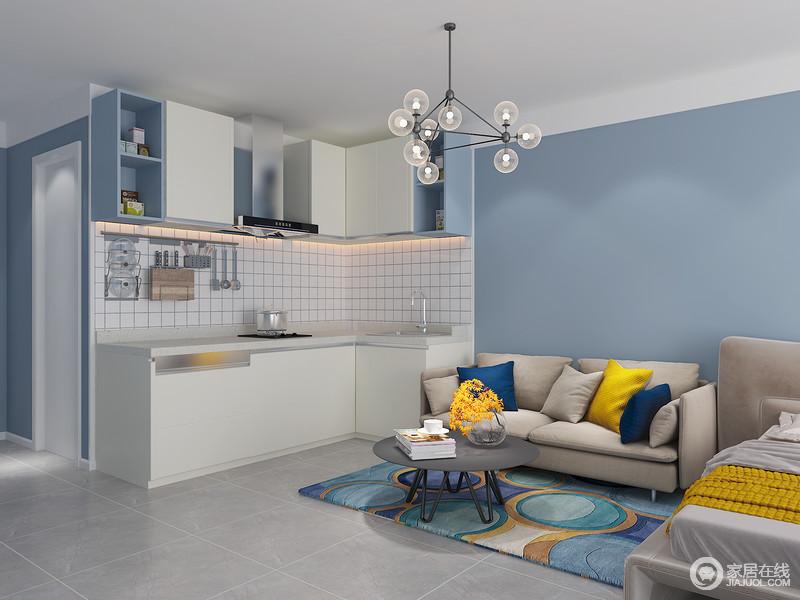 开间里低频率在家就餐的你可以通过合理的设计实现餐桌上的生活方式,抽拉简单的动作就可以满足多人就餐,和酷炫的书桌、这是你进行姐妹淘时光的茶花平台,为厨房增添了更多的操作空间。