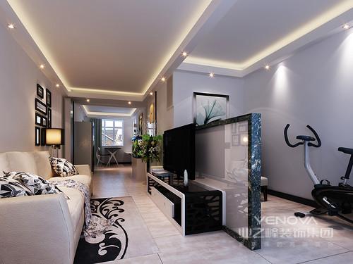 客厅通过大理石隔断墙将客厅与健身区分开,功能属性明确;黑白调的电视柜现代感强烈,裹挟着驼色地砖及米色皮质沙发,平衡出空间的温馨。