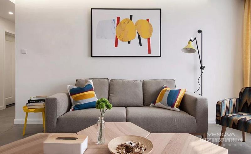 北欧风格的装修现在也成为简洁风格装修的一种典型代表,北欧风格的装修没有过多冗杂的装饰和花纹,用一种最简单、直接、功能化且贴近自然的线条来表现其宁静的北欧风情,是一种后现代的极简风格。