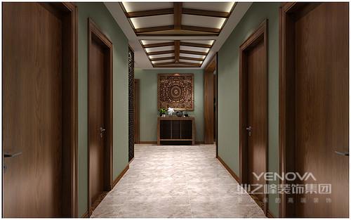 墙面被墨绿色染着清新与实木门和裸露的木梁吊顶散布着东南亚特色,青铜雕刻的方形图腾艺术品年代久远,可谓是件珍藏之作,与实木边柜结合,静谧而投射哲理,绿色为底,与柜上的饰品形成禅味。