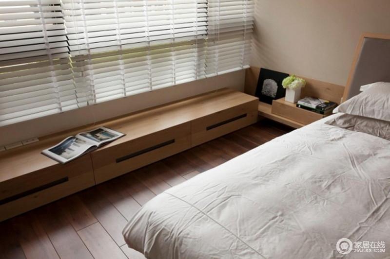 空间设计简洁凝练,家具以实用为主,从台窗处的木柜到床头柜塑造了简约的生活格调;百叶窗搭配灰色床品,让人的视觉体验更为温和,享受这份素静。