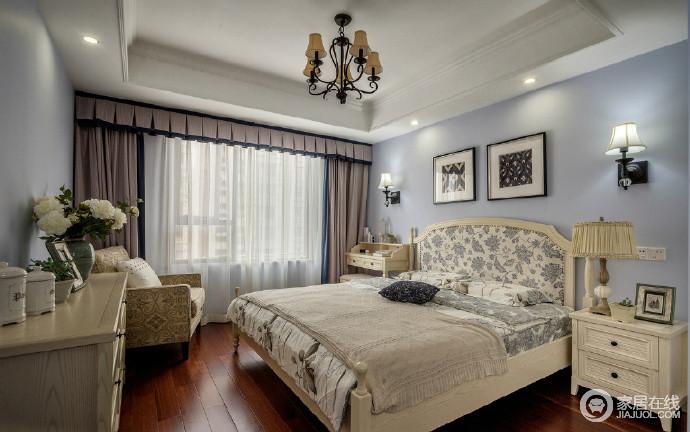 主卧以白色吊顶搭配紫色墙面,柔和而温馨,驼色窗帘因为纱幔让空间多了缥缈感;美式花卉床品的素雅颇显舒适,扶手椅与实木家具渲染着生活的惬意格调,为卧室增添美感。