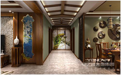开放式的空间便于艺术元素的融合与对比,设计师将走廊尽头处悬挂了孔雀图并以拱形木框包裹,意在突出热带特色;石雕佛像和一尊铜质佛像对称共诉佛家语言,东南亚的文化特色在此绽放,意念悠远。